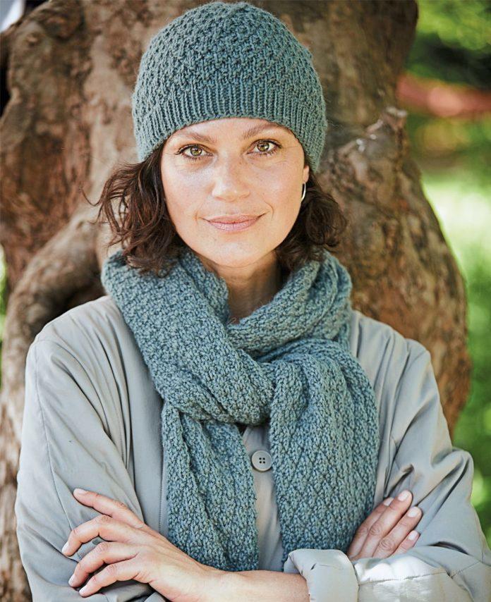 Женская шапочка и шарф спицами, вязанные