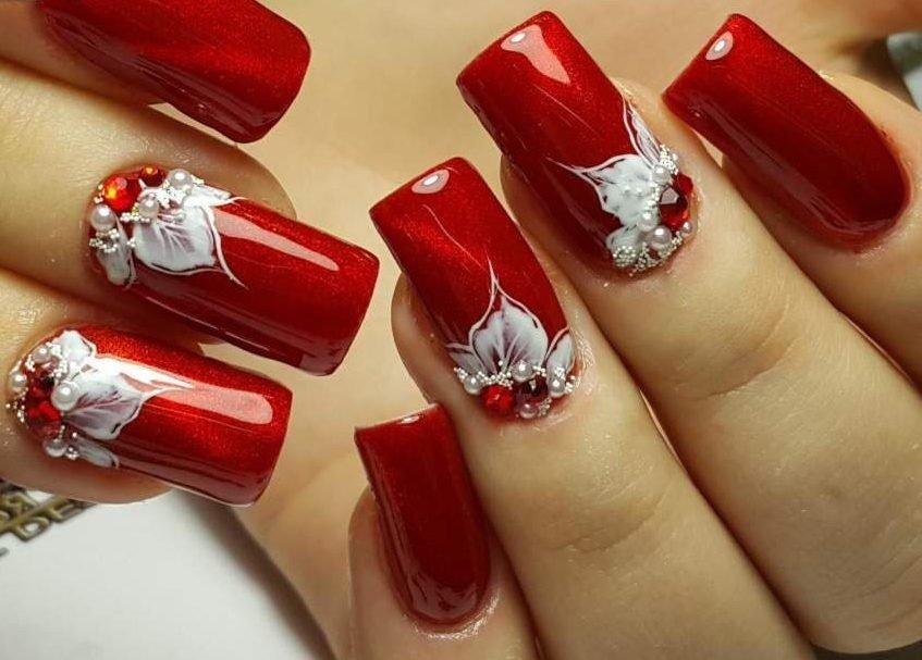 Красивый маникюр с красными ногтями