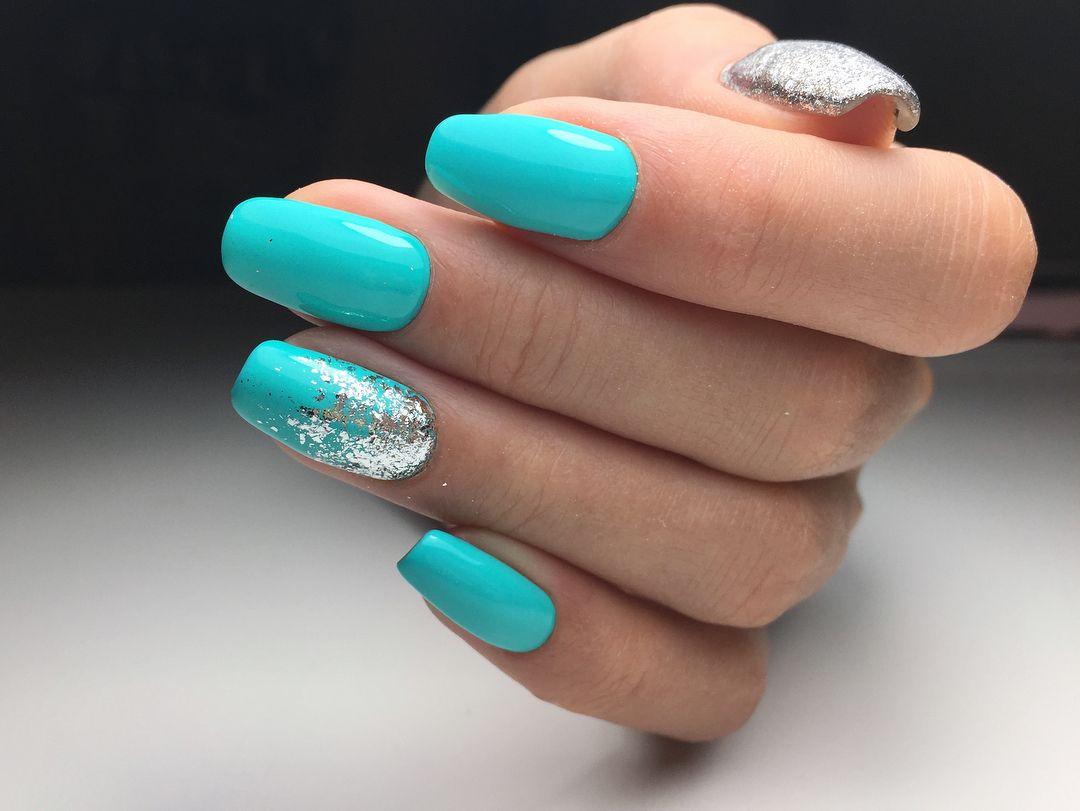 Маникюр с серебром 2021 серебряные ногти с полосками..